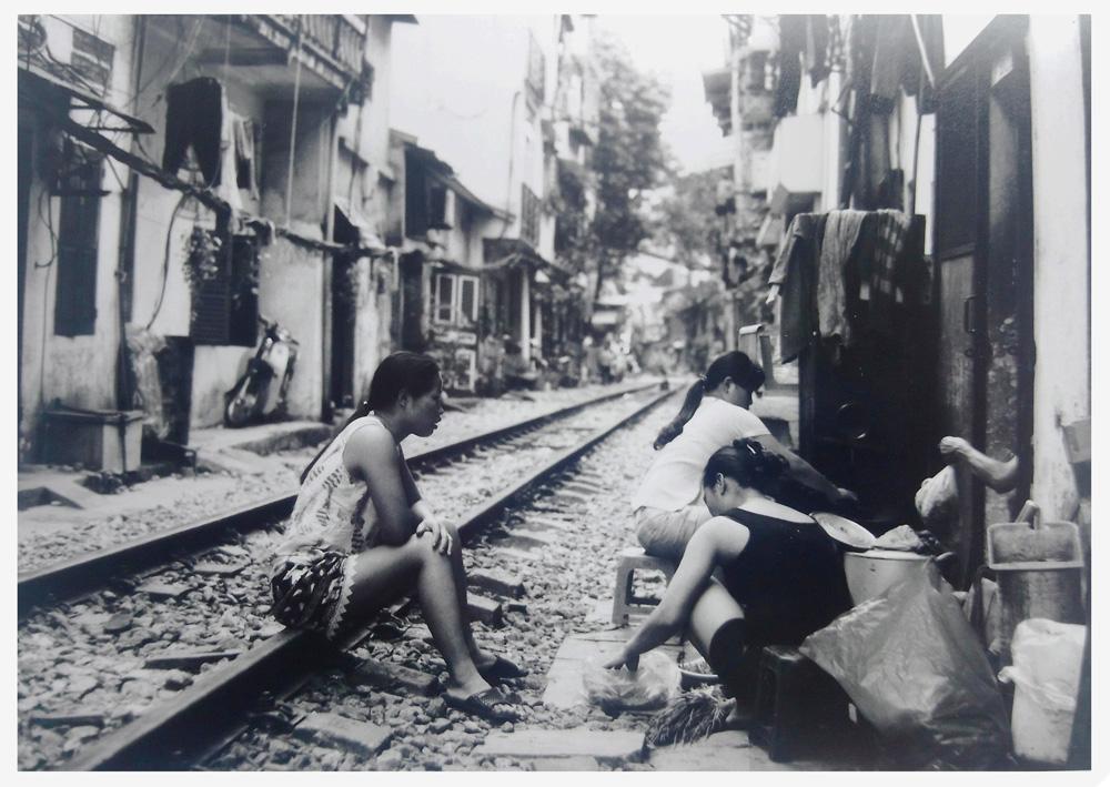 Une voie ferrée au milieu de la rue au vietnam
