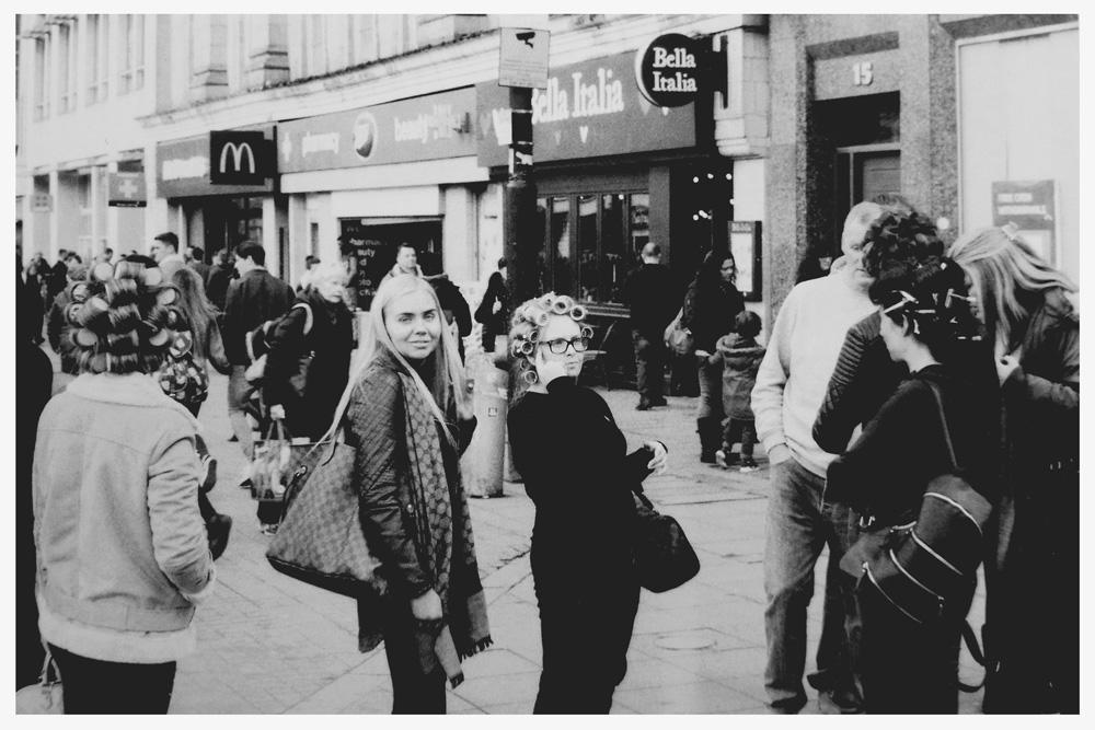 De jeunes femmes font du shopping àManchester